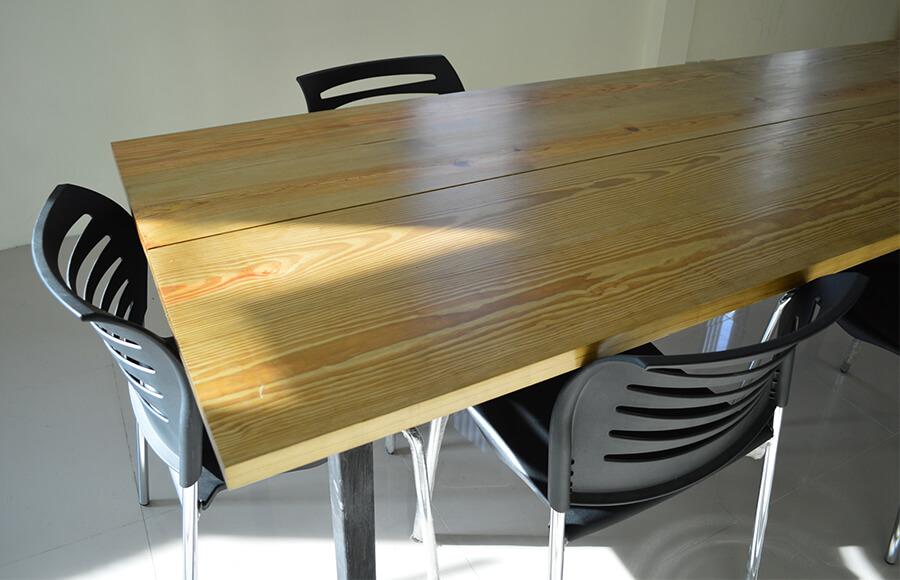 โต๊ะไม้สน